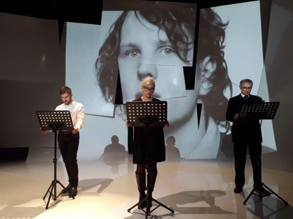 Twarz Grzegorza Przemyka wyświetlana na scenie - full image