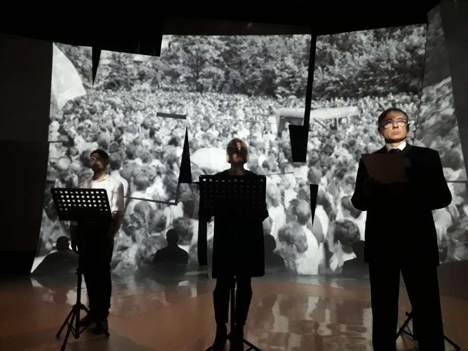Zdjęcia z pogrzebu Grzegorza Przemyka jako ilustracja do spektaklu