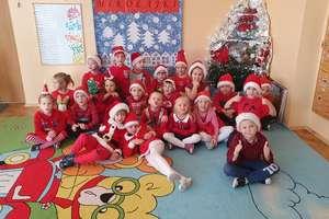 Mikołaj święty roznosi prezenty