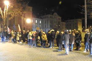 Protest mieszkańców przed budynkiem sądu w Ostródzie
