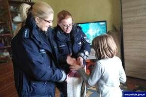 Policjanci pomagają osobom w potrzebie