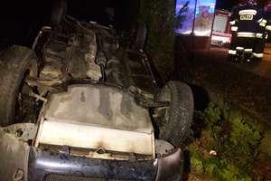 Wypadek w Sampławie. Auto wpadło na cmentarz! [ ZDJĘCIA ]