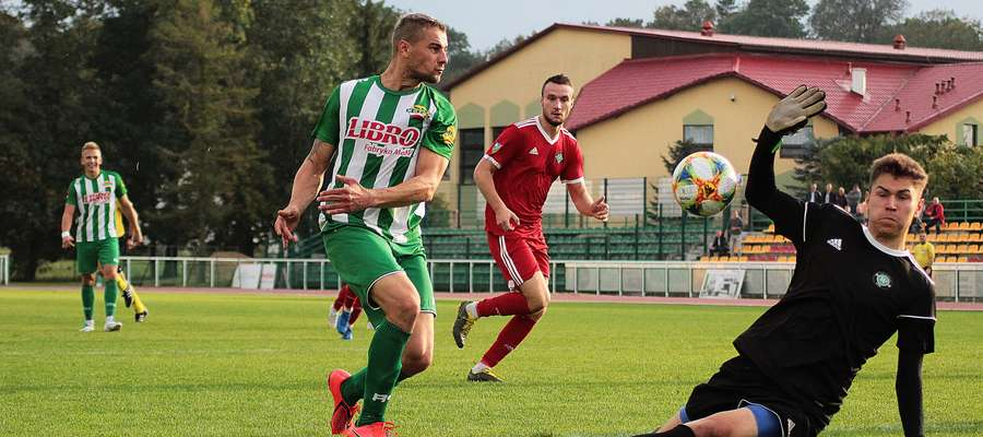 Denis Demiszew (Motor Lubawa) podczas próby pokonania Dawida Mazurowskiego, bramkarza GKS Wikielec