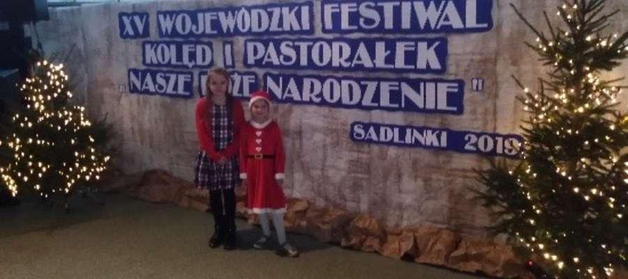 Liwia i Anastazja na pamiątkowym zdjęciu z  Sadlinek