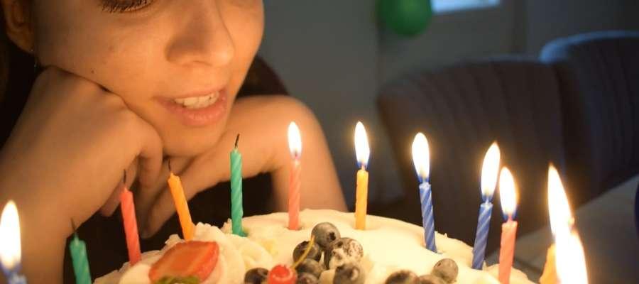 Kadr z filmu: Maja zdmuchuje kolejną świeczkę