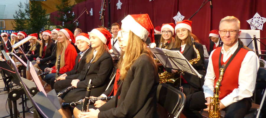 Festyn rozpoczął się od wspólnego występu byłych i aktualnych orkiestrantów Młodzieżowej Orkiestry Dętej przy ZS im. Bohaterów Września 1939 r. w Iławie