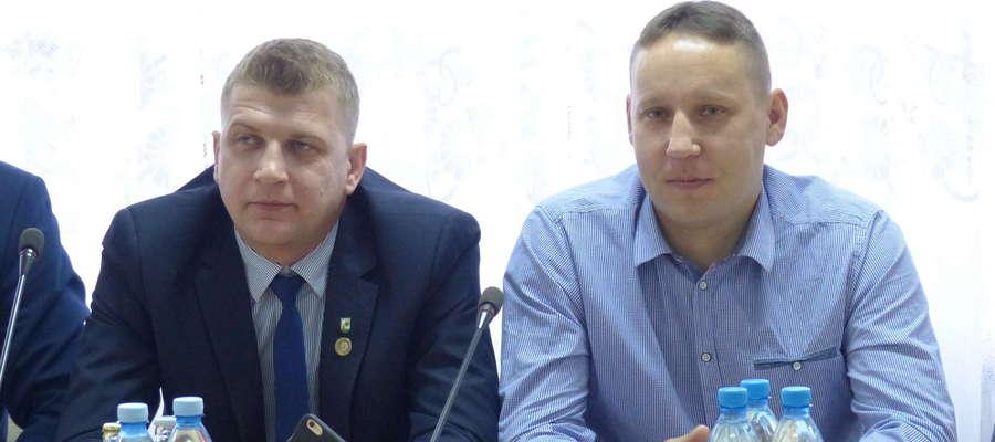 Radny Paweł Łoniewski (z prawej) odchodzi z rady