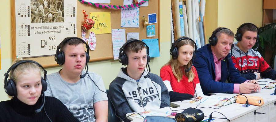 W pokazowej lekcji języka angielskiego wzięli udział przedstawiciele władz samorządowych z wójtem Gminy Mariuszem Gębalą.
