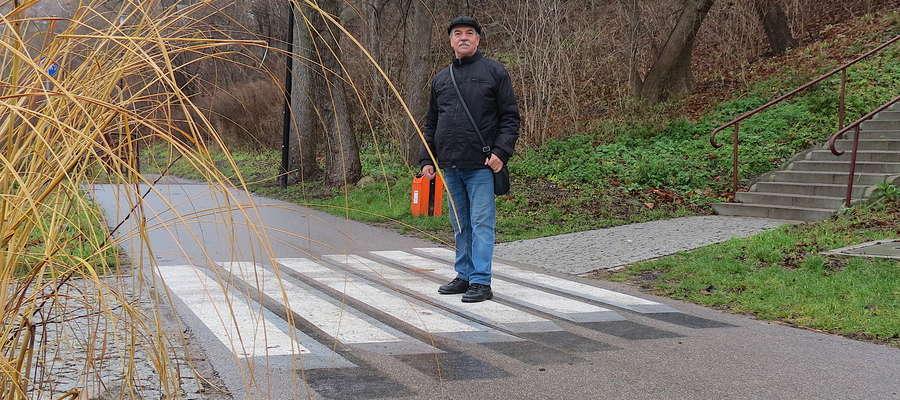 Roman Sowiński, bez względu na pogodę, codziennie pokonuje pieszo 20 kilometrów