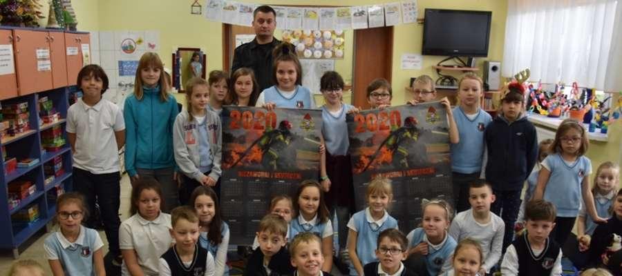 Strażacy z kalendarzami odwiedzili 50 szkół w powiecie