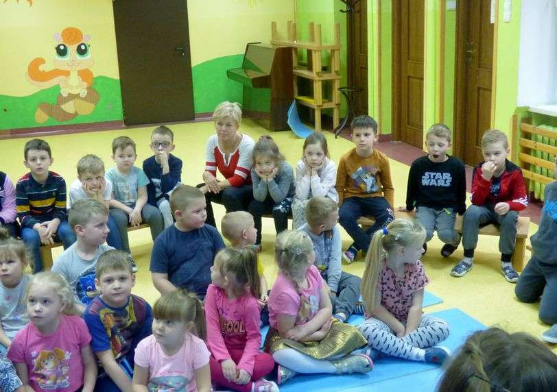 Podczas akcji czytania przedszkolakom