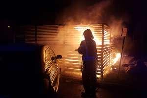 Nocne pożary śmietników - zniszczone cztery samochody. Straty na kilkadziesiąt tysięcy złotych