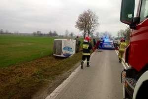 Autobus z jedenastoma pasażerami przewrócił się na bok