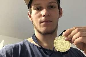 Krystian Kowalewski ze złotym medalem
