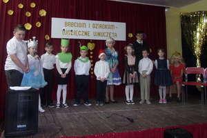 Choinka szkolna połączona z Dniem Babci i Dziadka w Ostrowitem
