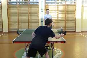 Sport szkolny. Zacięta rywalizacja podczas drużynowego turnieju tenisa stołowego