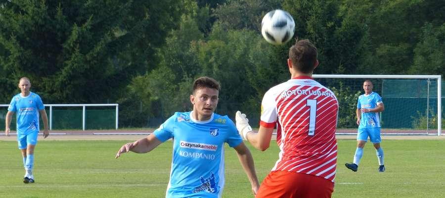 Łukasz Suchocki, tu jeszcze w barwach Jezioraka Iława podczas ataku na bramkę Motoru Lubawa