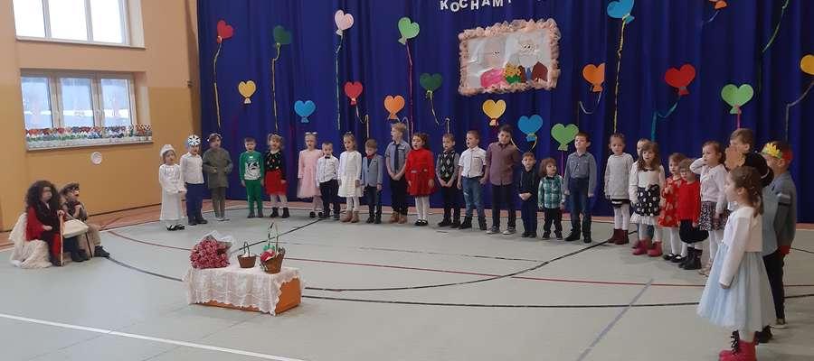 Dzieci wystąpiły dla swoich babć i dziadków w szkole w  Tereszewie