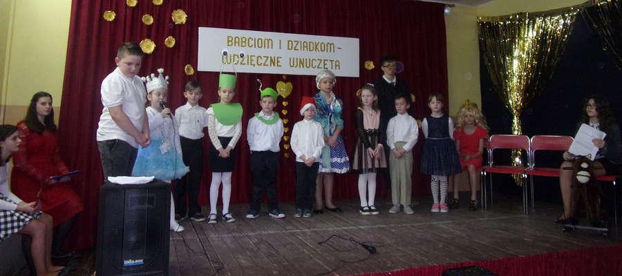Dzieci mówiły wiersze i śpiewały piosenki dla dziadków