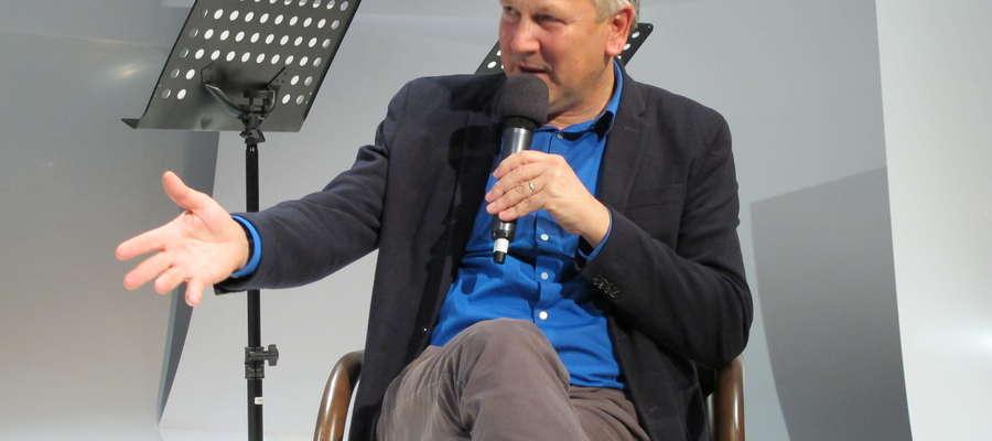 Spotkanie z Cezarym Łazarewiczem odbyło się pod koniec  2019 roku w Teatrze im. S. Jaracza w Olsztynie podczas spotkania Studium Reportażu