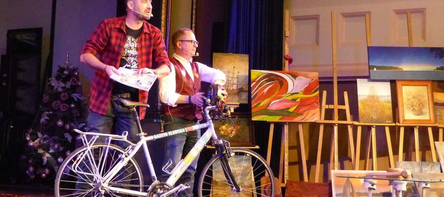 Tomasz Woźniak i Dariusz Paczkowski licytują rower Krzysztofa Zakrety podczas 28 finału WOŚP