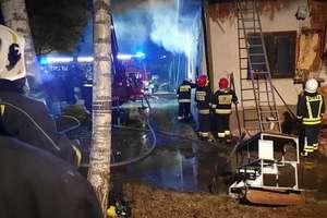 Spłonął dom przy ulicy Sielskiej w Stawigudzie. Rodzina potrzebuje pomocy [ZDJĘCIA]