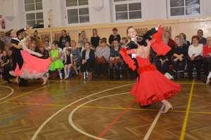 """Karnawałowy pokaz tańca towarzyskiego SKTT """"Promenada"""" w Olecku"""