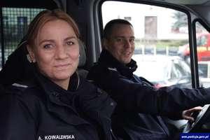 Policjanci uratowali ludzi z płonącego auta