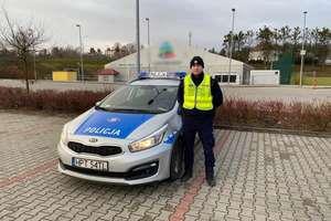 Policyjna eskorta dla potrzebującego człowieka
