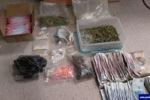 Narkotyki trzymał w lodówce i szafkach kuchennych. 19-latkowi z Olsztyna grozi do 10 lat więzienia