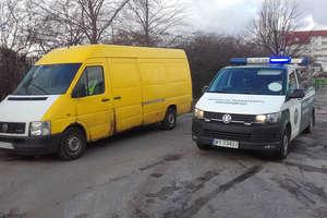 Niesprawny dostawczak z kierowcą na zakazie. Samochód zatrzymano w centrum Olsztyna