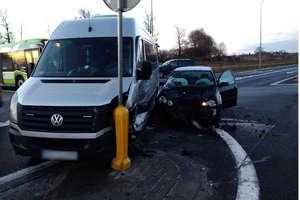 Zderzenie busa z osobowym volkswagenem na DK16