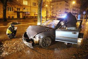 Zderzenie dwóch samochodów na skrzyżowaniu w Olsztynie. Sprawca uciekł z miejsca zdarzenia [ZDJĘCIA]