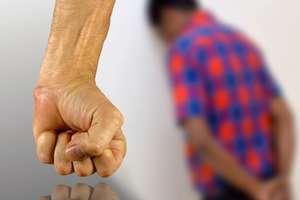 Szkodliwy poradnik dla rodziców uczy, jak dawać klapsy. Akcja #niebijprzytul zyskuje coraz większe poparcie