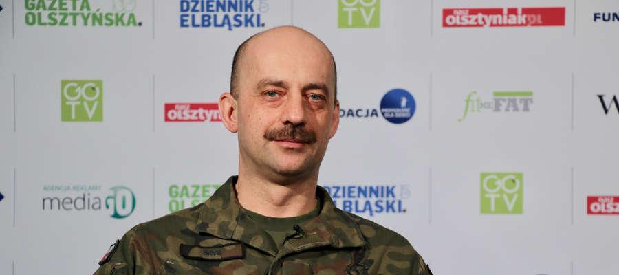 Jacek Grabania przekazał dowódcy 4. Warmińsko-Mazurskiej Brygady Wojsk Obrony Terytorialnej vouchery na badania