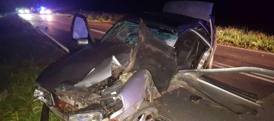 Na drodze Iława - Susz kierujący oplem 28-latek stracił panowanie nad pojazdem po czym z impetem uderzył w drzewo. W samochodzie znajdowało się jeszcze dwóch młodych mężczyzn
