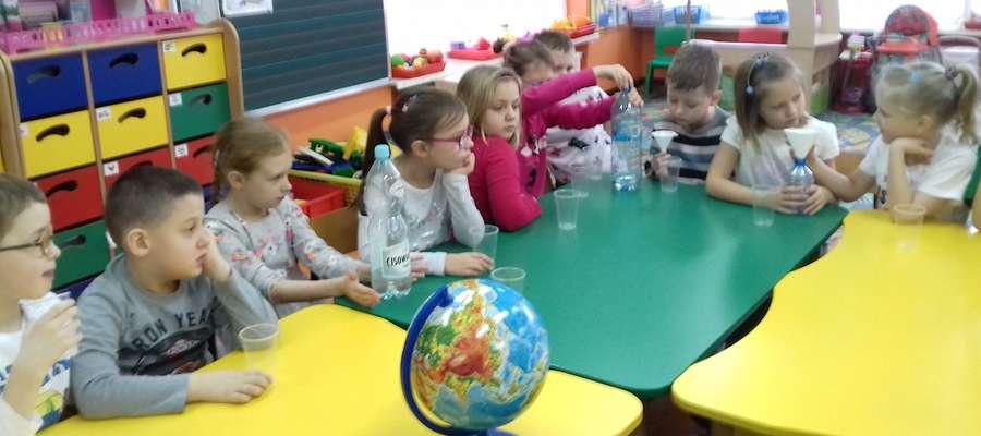 Przedszkolaki podczas eksperymentów