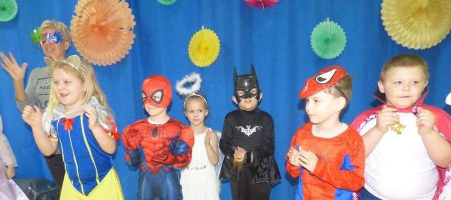 Dzieci przyszły do przedszkola przebrane za postacie z bajek
