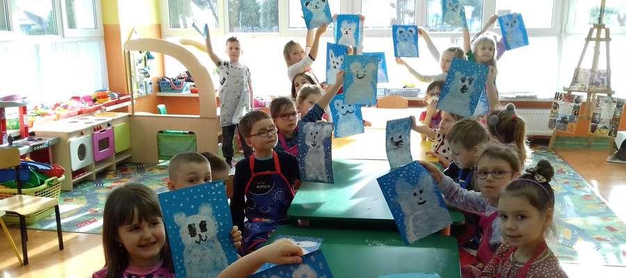 Przedszkolaki prezentują swoje prace plastyczne