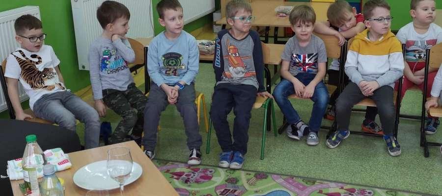 Przedszkolaki podczas oglądania doświadczeń