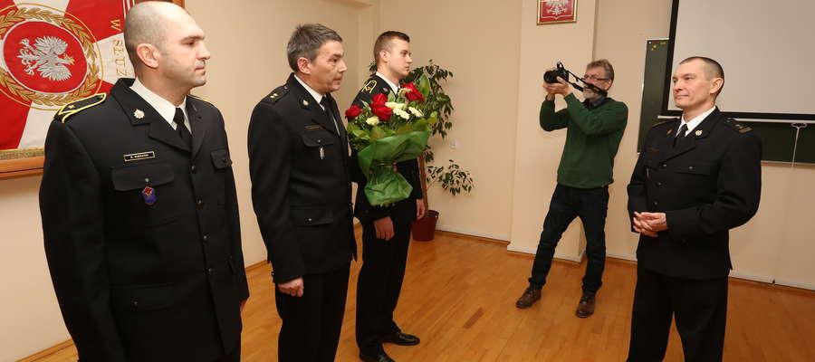 Komendant powiatowy PSP bryg. Szymon Sapieha (z prawej) po 21 latach pracy pożegnał się z kętrzyńską komendą