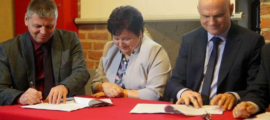 Umowę na budowę w Bartoszycach drugiego mostu podpisują Marek Dębski z firmy Most Sopot (z lewej) oraz Waldemar Królikowski, dyrektor Zarządu Dróg Wojewódzkich w Olsztynie