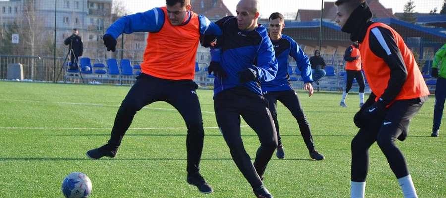 Krzysztof Czaplicki (Śniardwy) i Paweł Adamiec (Mamry Giżycko, ex-Znicz Biała Piska) walczą o piłkę
