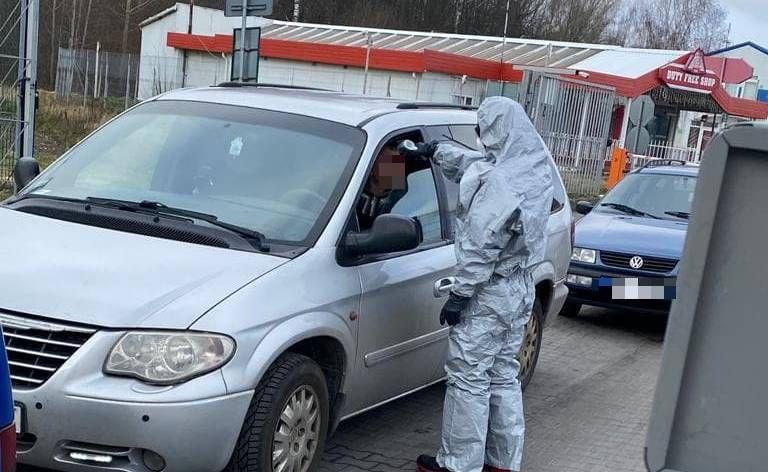 Przejście graniczne Barationowsk-Bezledy. Od dziś strażacy w środkach ochrony osobistej kontrolują temperaturę ciała osób wjeżdżających do Polski.