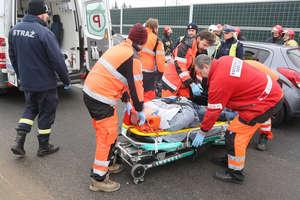 Zderzenie trzech pojazdów na DK16. Jedna osoba trafiła do szpitala [ZDJĘCIA]