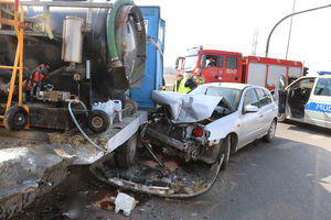Zderzenie dwóch pojazdów na skrzyżowaniu. Poważnie ranny został pies [ZDJĘCIA]