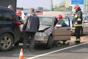 Zderzenie trzech samochodów w Olsztynie. Kobieta w ciąży w szpitalu [ZDJĘCIA]
