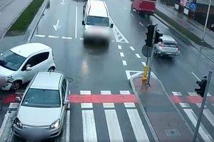 Zderzenie dwóch samochodów. Rowerzystę uratował sygnalizator [VIDEO]