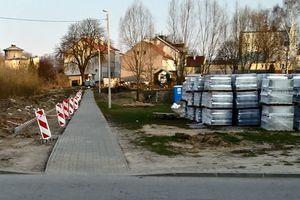Kolejne kostki brukowe betonują Ostródę, rozrasta się sieć ścieżek rowerowych