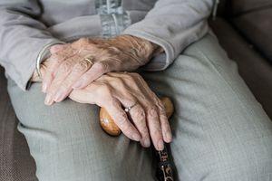 Jak zadbać o seniora, gdy mieszkasz daleko?